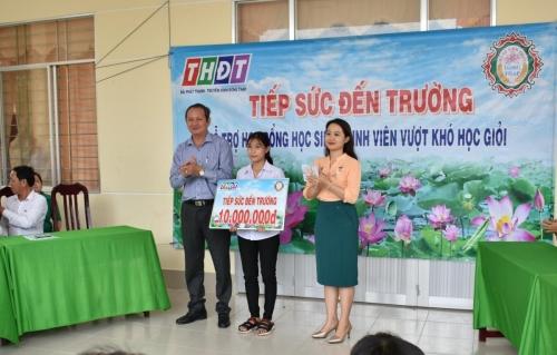 Trao học bỗng Tiếp sức đến trường cho em Nguyễn Thị Thanh Tuyền, xã Thường Lạc, huyện Hồng Ngự