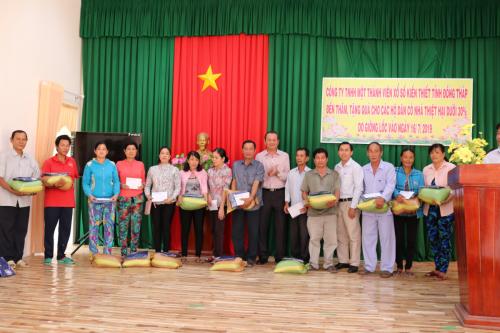 Trao quà hỗ trợ các hộ dân bị thiệt hại do dông lốc tại xã Thường Lạc và Thường Thới Hậu B.