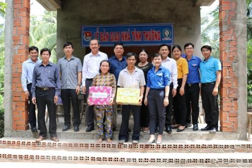 Phối hợp với Công ty Xổ số kiến thiết Bến tre trao nhà tình thương cho hộ nghèo tại huyện Giồng Trôm