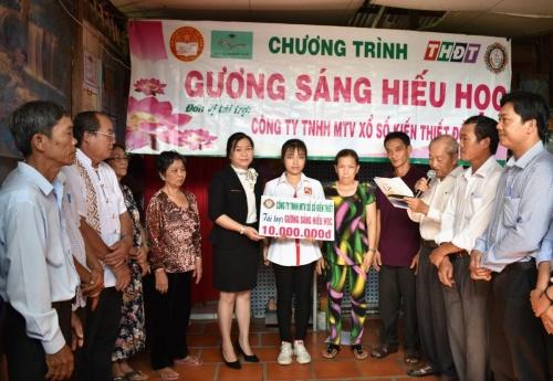 Trao học bỗng Gương sáng hiếu học cho em Nguyễn Lê Hoàng Trinh, xã Tân Thuận Tây, thành phố Cao Lãnh