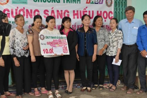 Trao học bỗng Gương sáng hiếu học cho em Phạm Nguyễn Duyên Anh, xã Tân Phú, huyện Thanh Bình
